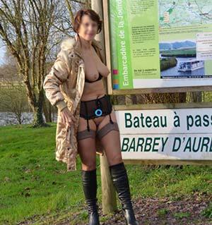 Sylvie s'exhibe au Marais du Cotentin pour les voyeurs